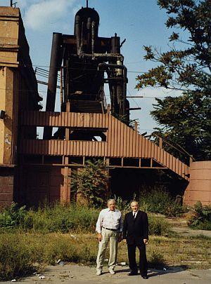 60 Jahre später am Ort der Deportation: Vor dem Eingang in die Fabrik, wo die beiden Siebenbürger Sachsen von ihrem 17. bis 22. Lebensjahr Zwangsarbeit leisten mussten.
